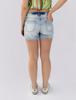 Shorts com rasgos e botões